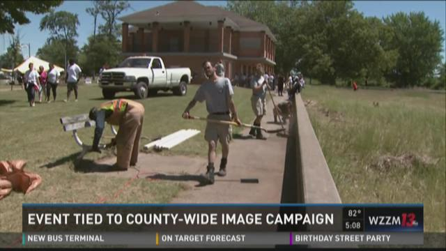 Community helps clean up Mona Lake Park